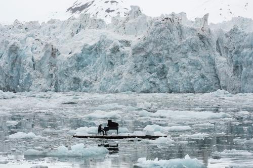 ludovico-einaudi-performs-in-the-arctic-ocean-greenpeace-designboom-04